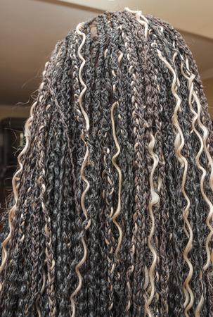 elongacion: modelo con colores beige y negro luz KANEKALON trenzas africanas materiales en el cabello