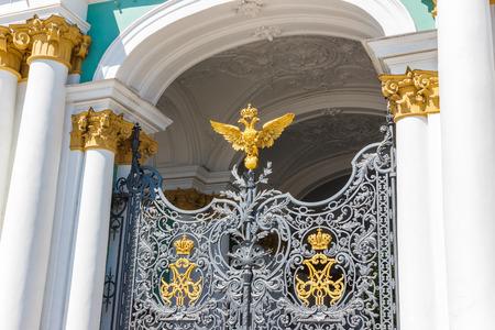 puertas de hierro: Puertas de hierro forjado en el Palacio de Invierno Hermitage con un símbolo del águila de dos cabezas de la Rusia zarista Editorial