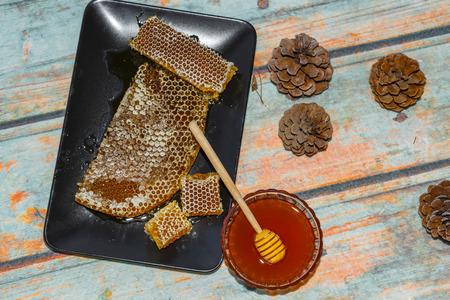 Slavný Marmaris (Turecko) borovice med hřeben a tekutý med na povrch imitující dřevo s kužely. foto tónovaný
