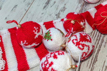 hilo rojo: Christmas balls hand knitted and striped knitted cap