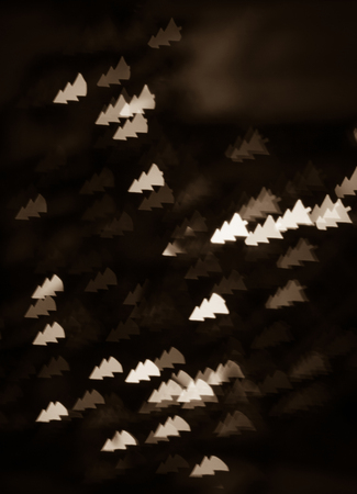 figured bokeh in form of Christmas tree with blur on dark background Standard-Bild - 97871965