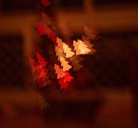 figured bokeh in form of Christmas tree with blur on dark background Standard-Bild - 97763633