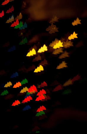 figured bokeh in form of Christmas tree with blur on dark background Standard-Bild - 97871967