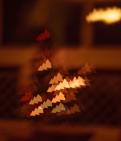 figured bokeh in form of Christmas tree with blur on dark background Standard-Bild - 97716206