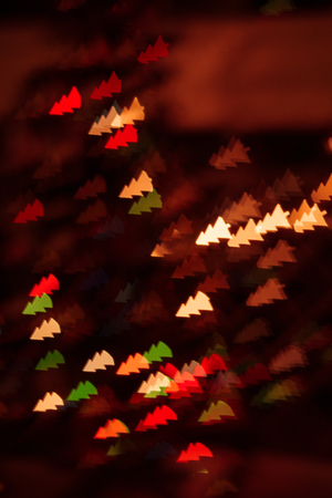 figured bokeh in form of Christmas tree with blur on dark background Standard-Bild - 97798232