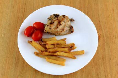Pollo plato combinado con patatas fritas y tomate Foto de archivo - 11107245