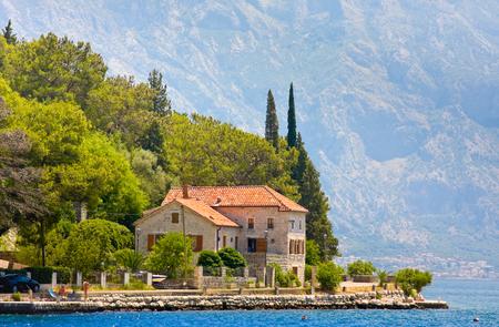 paisaje mediterraneo: Paisaje con la ciudad mediterránea - Perast, bahía de Kotor Boka Kotorska, Montenegro Foto de archivo