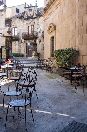 Caffè all'aperto con tavoli e sedie in metallo a Barcellona Archivio Fotografico