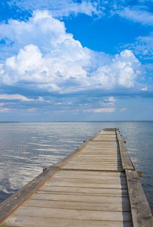 Panoramiczne niebo nad jeziorem Naroch i molo. Białoruś Zdjęcie Seryjne
