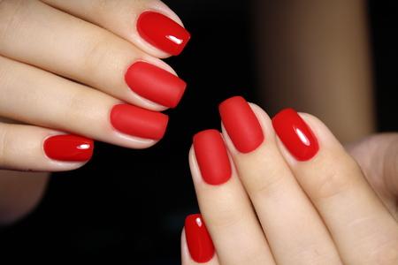 modische rote Maniküre auf langen schönen Nägeln