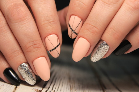 Uñas de manicura glamorosa en hermosas manos femeninas Foto de archivo