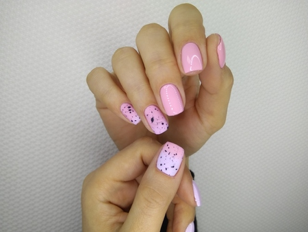 fashionable pink nails with a design of multi-colored pattern Reklamní fotografie