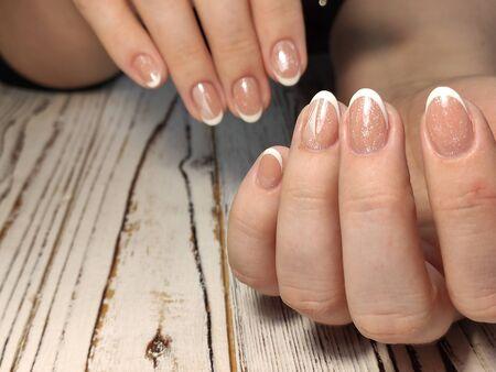Les ongles de la belle femme avec un beau studio de manucure de noël