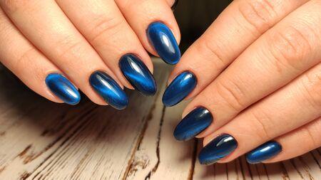 Hermoso diseño de uñas en manos femeninas en segundo plano. 2019