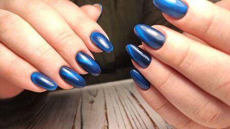 manicure beige alla moda con un motivo d'argento