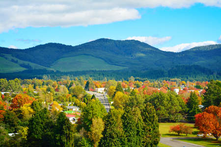 Bright and sunny autumn day in Turangi town with mountains of Tongariro Stockfoto