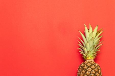 Verano, concepto de vacaciones. Fondo de fruta de piña. Cerca de la textura de las piñas tropicales. Foto de archivo