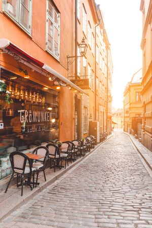 Stockholm, Sweden, June 7, 2019: Stortorget Square, a narrow street with beautiful cafes along the street on a sunny day 新聞圖片