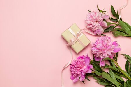 Surprise gift box with pink peonies flowers with copyspace, flat style, view from above Фото со стока - 139592777