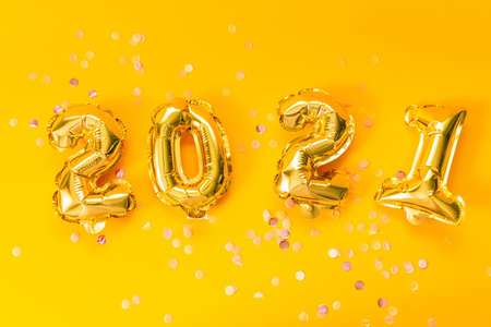 Happy New year 2021 celebration. Bright gold balloons with glitter stars on a yellow background. Christmas and new year celebration. 스톡 콘텐츠 - 154921558
