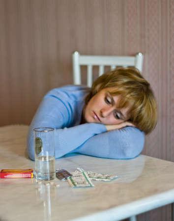 de la imagen de la niña que la cabeza y comprimidos está enfermo Foto de archivo - 3576610