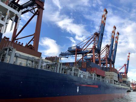 Grues de navires industriels dans le port de Hambourg, en Allemagne. Banque d'images