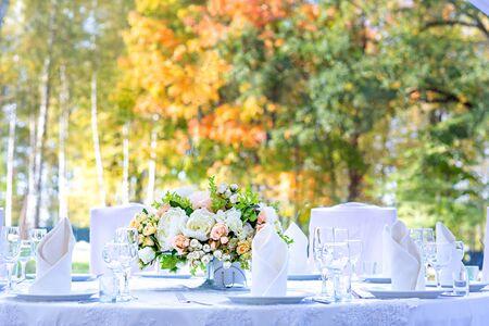 Table setting at a wedding reception. Autumn outdoor wedding. Archivio Fotografico