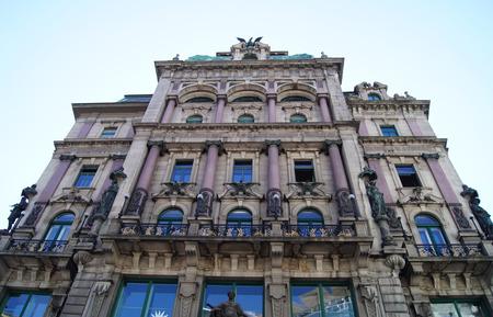 casa vecchia: vecchia casa con le aquile e le colonne viola a Vienna Editoriali