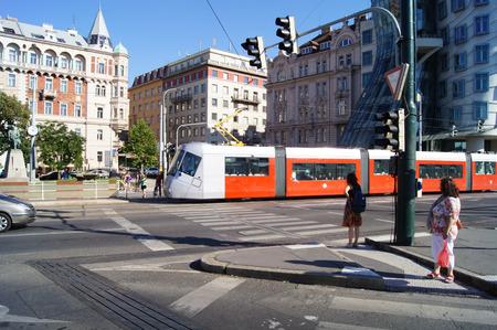 semaforo peatonal: rojo tranv�a en el centro de Praga Editorial