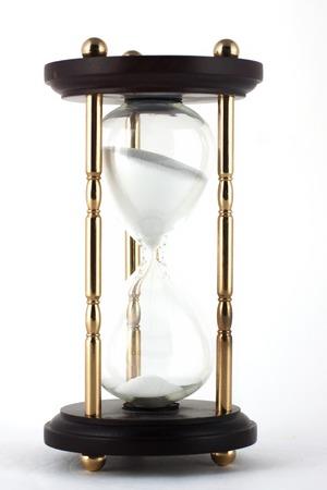 sand clock: Vero clessidra sabbia trasparente isolato su sfondo bianco. Semplice ed elegante timer sabbia-vetro. Sand orologio icona 3d. Archivio Fotografico