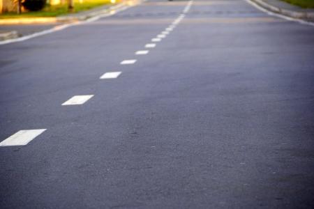 scheidingslijnen: lege snelweg met een gebroken strook