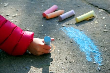 hand met krijt tekenen op asfalt Stockfoto