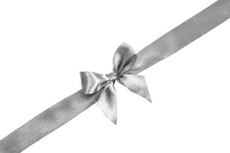 Arco d'argento isolato su sfondo bianco. Nastro di seta, fiocco di seta.