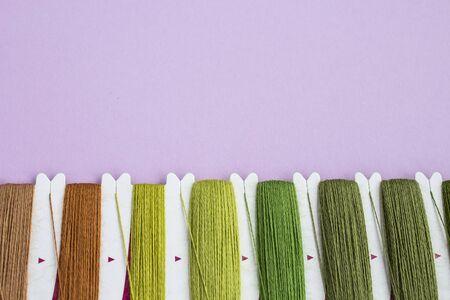 Un juego de hilos para bordar en colores naturales. Concepto de afición y costura. Lugar para el texto. Enfoque selectivo.