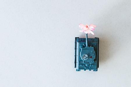 máquina de guerra con una flor en la espalda Foto de archivo