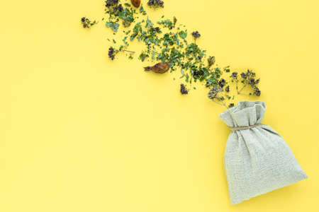Herbal tea, dry plants and flowers, oregano and mint vitamin drink in a linen bag, isolate, place for text, copy space Banque d'images - 150581510