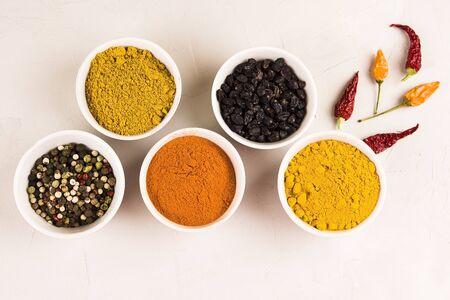 Ensemble d'épices et d'herbes. Poivre, curry, paprika, épine-vinette, curcuma.