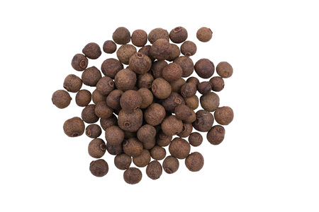 A pile of whole allspice, jamaica peppe isolated on white background Standard-Bild - 93509651