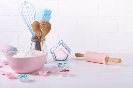 Het is kooktijd. Bakken tools op wit. Receptenboek achtergrond concept. Stockfoto
