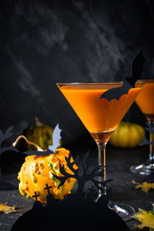 Halloween pumpkin cocktail. Food Concept, glasses with  black bats and holiday decorations on dark background, Spooky Zdjęcie Seryjne