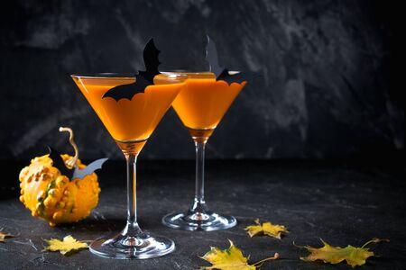 Halloween pumpkin orange cocktails. Festive drink. Halloween party. Funny Pumpkin with holiday decorations Zdjęcie Seryjne