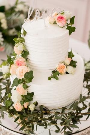 Schöne schmücken Tabelle mit Kerzen, Vase mit Blumen und Hochzeitstorte auf dem Tisch Standard-Bild - 88592041