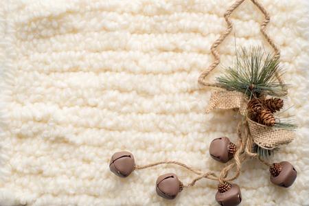Weihnachts-Komposition. Weihnachtsbaum, gestrickter weißer Schal. Platz für die Inschrift Standard-Bild - 91172384