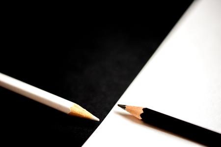zwart-wit compositie van potloden en banden. het concept van tegenstellingen en individualiteit in het bedrijfsleven