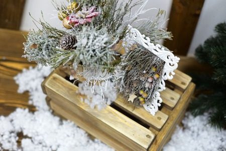 Christmas decorations, fir branches, candles and wax compositions on a wooden 免版税图像