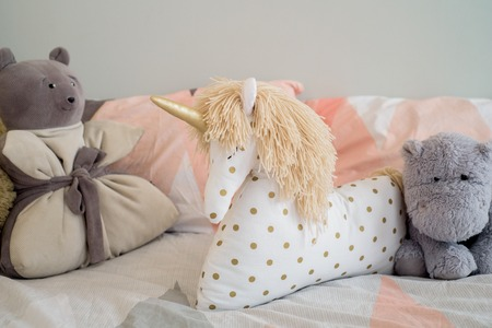 Children's concept, a pillow unicorn on blood. children's room. early morning with your favorite toy unicorn Banque d'images - 120668003