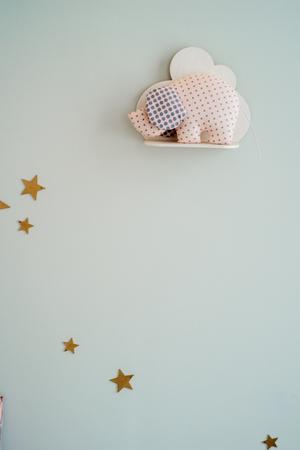 concetto per bambini, stanza dei bambini, parete con stelle, una mensola con una nuvola