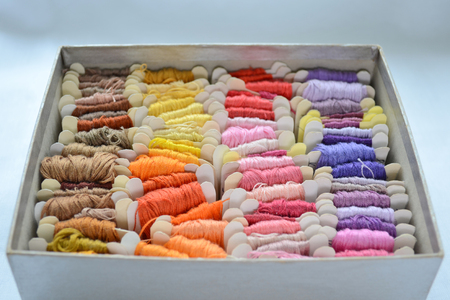 Skeins of colorful threads in a warm colors for embroidery and sewing, in the box Banque d'images