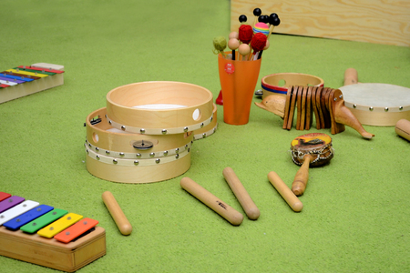 Set of different wooden percussion instruments on a green carpet Banque d'images