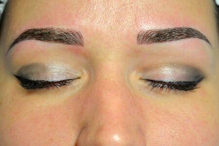 Das fertige Ergebnis von Microblading, dunklen Augenbrauen, Permanent Make-up auf den Augenbrauen. Standard-Bild